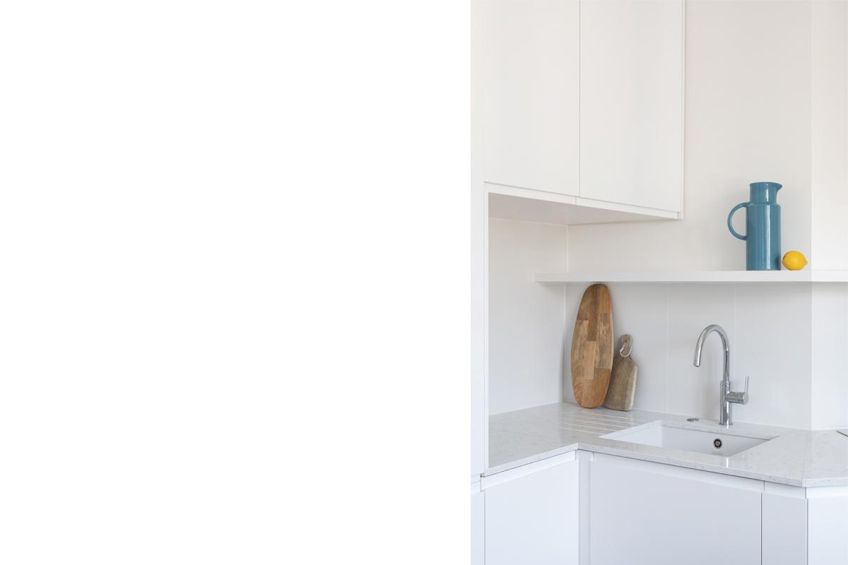ban-architecture-appartement-renovation-paris-blanc-pur-mansardé-epuré-cuisine-ouverte-architecture-interieur-design-lumière-villier-2