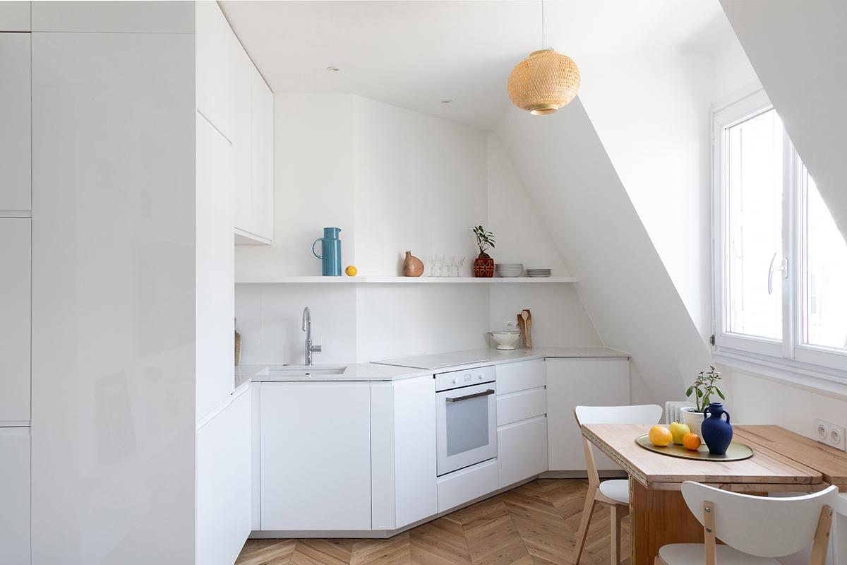 ban-architecture-appartement-renovation-paris-blanc-pur-mansardé-epuré-cuisine-ouverte-architecture-interieur-design-lumière-villier-1